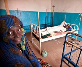 Criança e sua mãe numa unidade pediátrica no hospital de Bangui, África Central