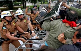 Policiais confrontando professores