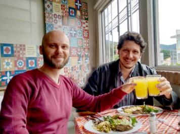 À direita o criador e editor do Blog, prof. Ricardo Garcez, brindando a saúde com este que vos escreve. Foto: André de Avila Ramos.